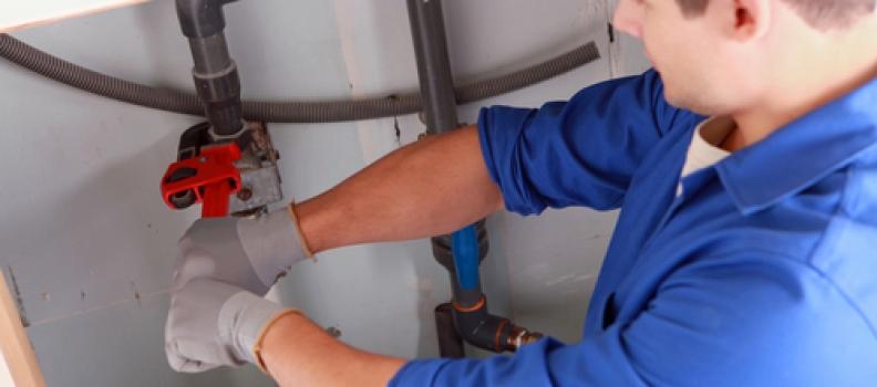 Loodgieter helpt om vocht in huis te bestrijden